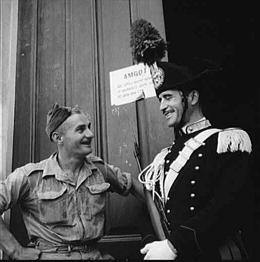 Sicilia, agosto 1943, soldato canadese e carabiniere