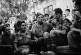 Prigionieri italiani, a sinistra, fraternizzano con gli angloamericani dopo la liberazione della Sicilia (8 agosto 1943)