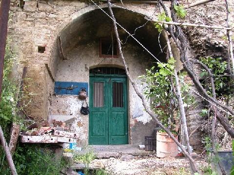 Castronuovo S. Andrea: cantina-grotta con cortile.