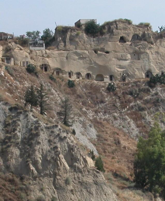 Aliano: grotte nel centro storico.