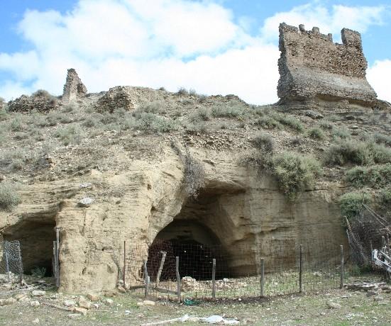 Ferrandina: ovili in grotta nel castello di Ugggiano.
